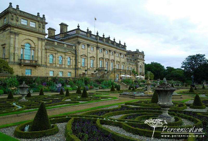 Pohled na Harewood House a viktoriánskou, formální zahradu nazvanou Italian Terrace.