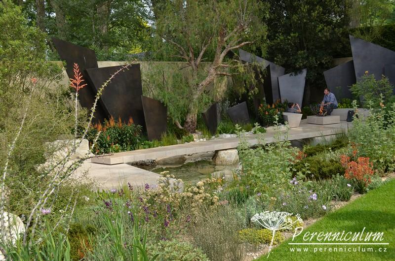 The Telegraph Garden, zahradní architekt Andy Sturgeon. Zahrada, která vyhrála nejvyšší ocenění odborné poroty (Best Show Garden) má velice aridní charakter. Vysoké bronzové trojúhelníky představují pravěké hory v prvopočátcích geologického vrásnění.