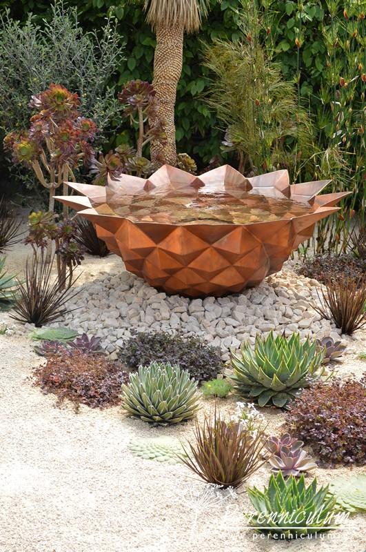 Semínko, ze kterého semenáček vyrůstá má představovat tento vodní prvek s výsadbou velmi tvarově podobných rostlin.