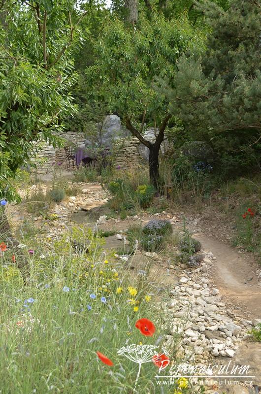 L'Occitane Garden, zahradní architekt James Basson vytvořil imitaci krajiny Provence s olivovníky, mandloněmi i kouskem levandulového pole s vlčími máky.