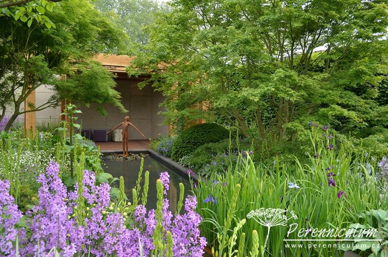 The Morgan Stanley Garden for Great Ormond Street Hospital, zahradní architekt Chris Beardshaw. Uklidňující harmonická zahrada byla vytvořená pro střešní zahradu nemocnice v Londýně, kam bude po ukončení výstavy přesunuta.