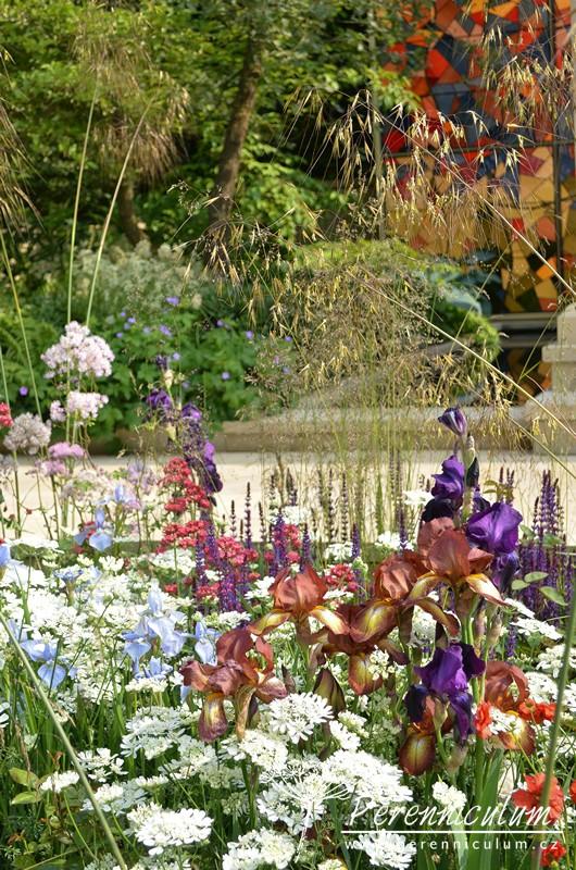 Výsadby rostlin odráží barvy vykládaného skleněného panelu. Zahrada byla zvolená veřejností jako nejlepší zahrada.