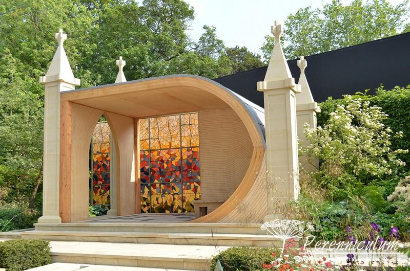 God's Own County – A Garden for Yorkshire, zahradní architekt Matthew Wilson. Zahrada se inspirovala v krajině hrabství Yorkshire, altánek představuje největší okno katedrály v York Minsteru.