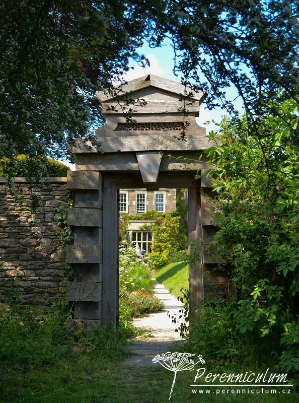 Vstupní portál do zahrady je celý ze dřeva.