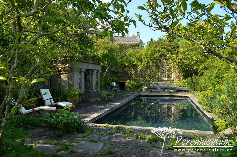 Velmi vkusně zakomponovaný bazén, úplně skrytý a natřený příjemně tmavou modrozelenou barvou, která nekřičí jako některé uměle tyrkysové bazény.