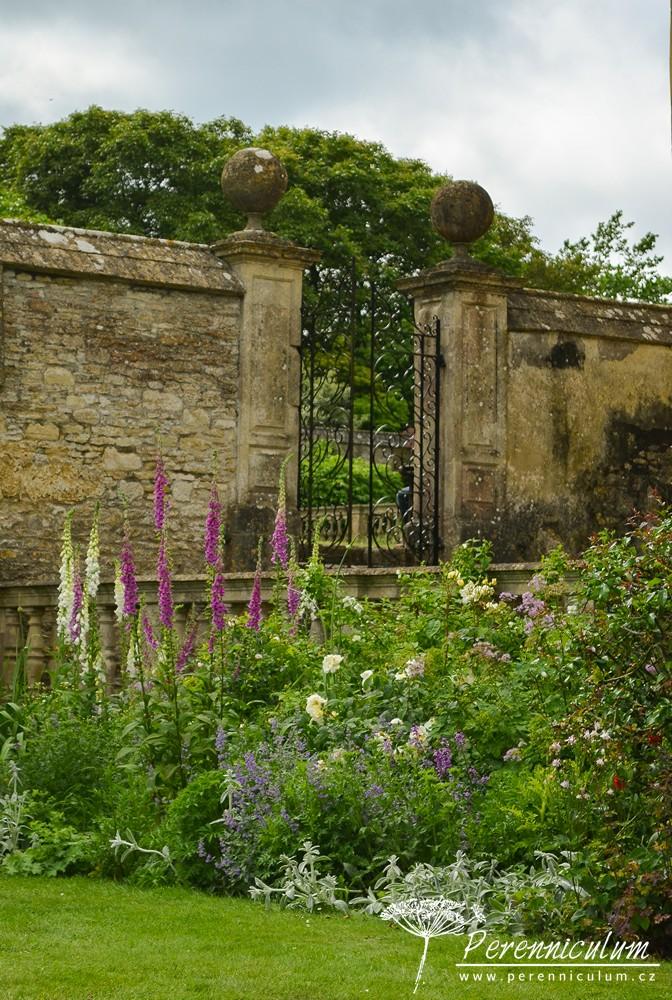 """Zpočátku se zahrada zdála docela malá, ale to jen díky důmyslnému rozdělení pomocí zdí a živých plotů na jednotlivé zahradní """"pokoje""""."""
