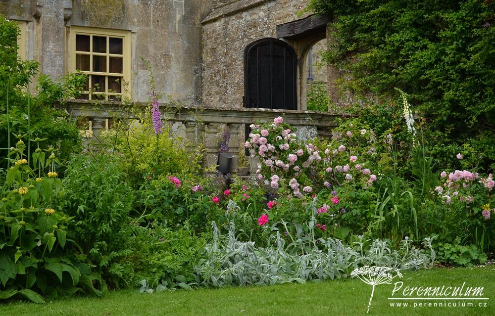 Majitelé mají zřejmě velkou zálibu v růžích, protože v zahradě snad nebyl jediný záhon bez nich.