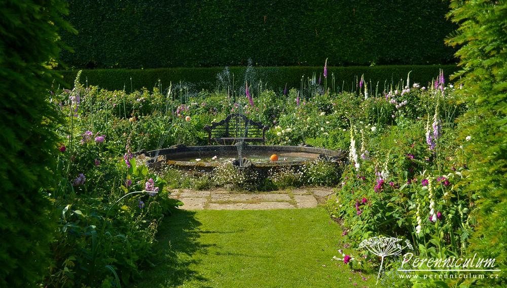 A když už mám pocit, že jsem prošla téměř celou zahradu a že už se sem ani víc vejít nemůže, objevím schovanou, rozvetlou, růžovou zahradu s jezírkem.