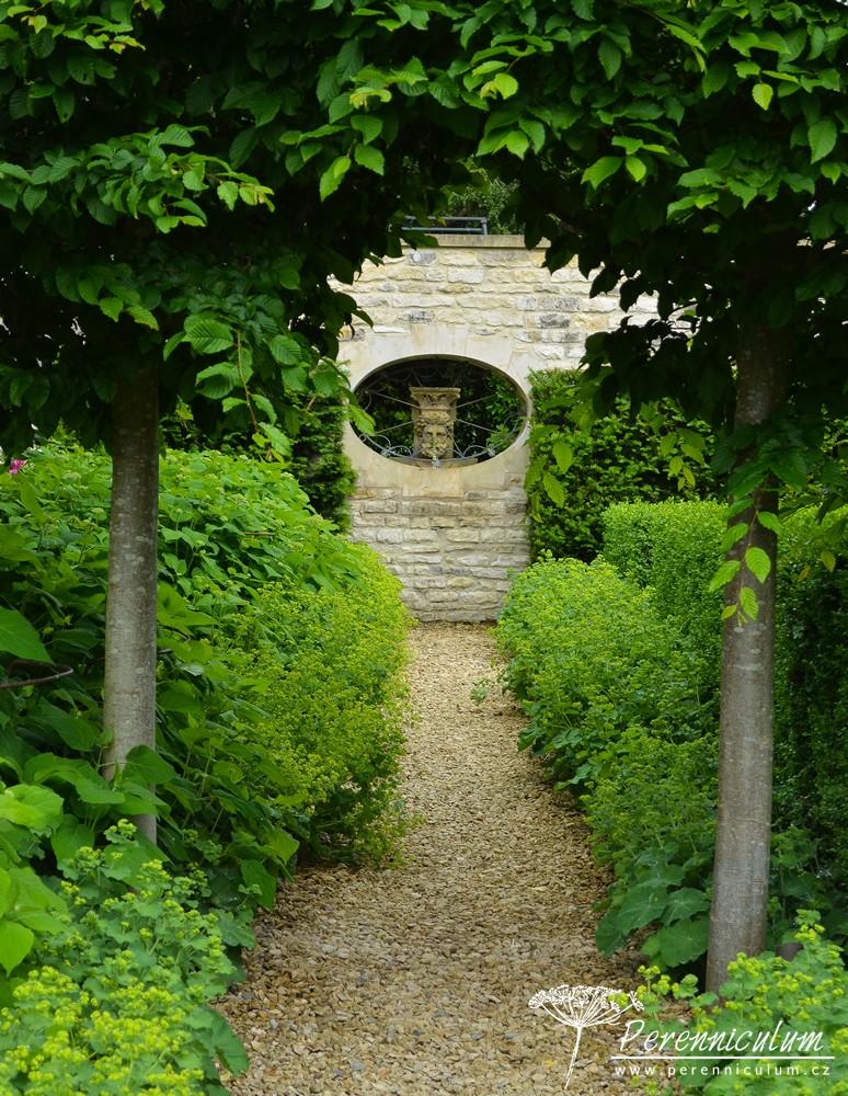 Průhledy a jejich zakončení hrají důležitou roli v kostře zahrady a jsou velmi citlivě rozvržené.