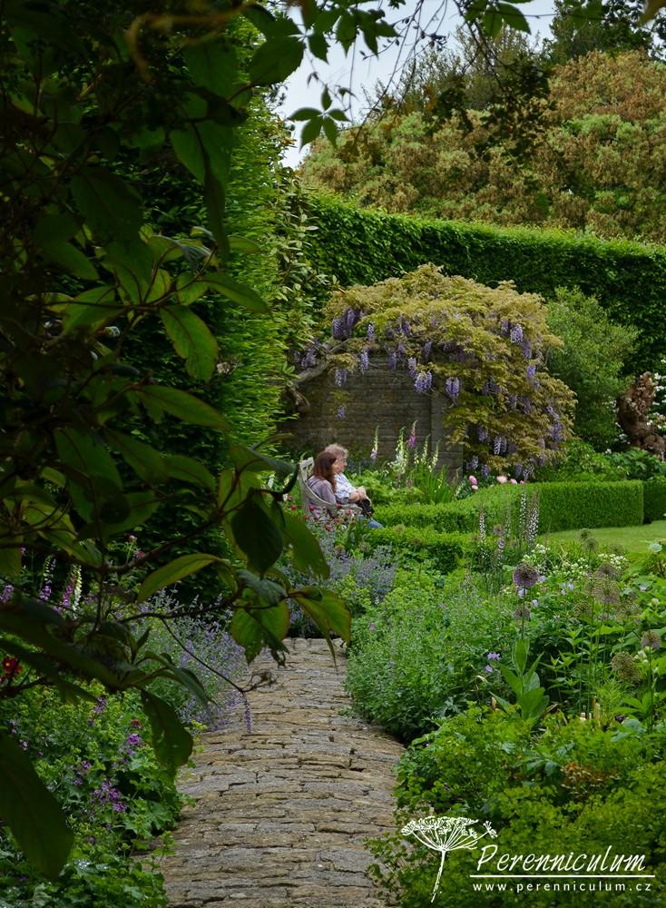 Skrz dubové dveře se projde z walled garden do otevřeného prostoru velkého trávníku lemovaného výsadbami.