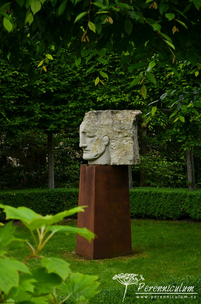 Anděl strážný, jak tuto sochu Edwina ve své knize nazývá, je z části opracovaný a z části neopracovaný kámen.