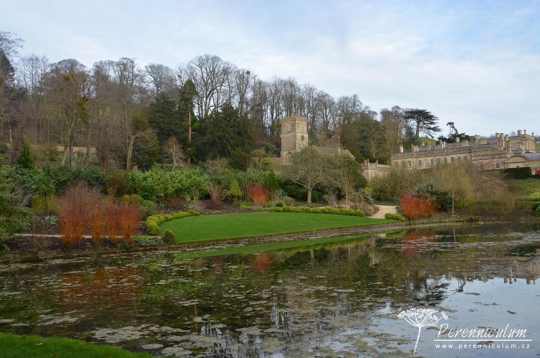 Na hladině jezera se zrcadlí kostel i celá zahrada. Červeně pak září mladé výhony <em>Salix alba</em> var. <em>vitellina</em> 'Britzensis'.