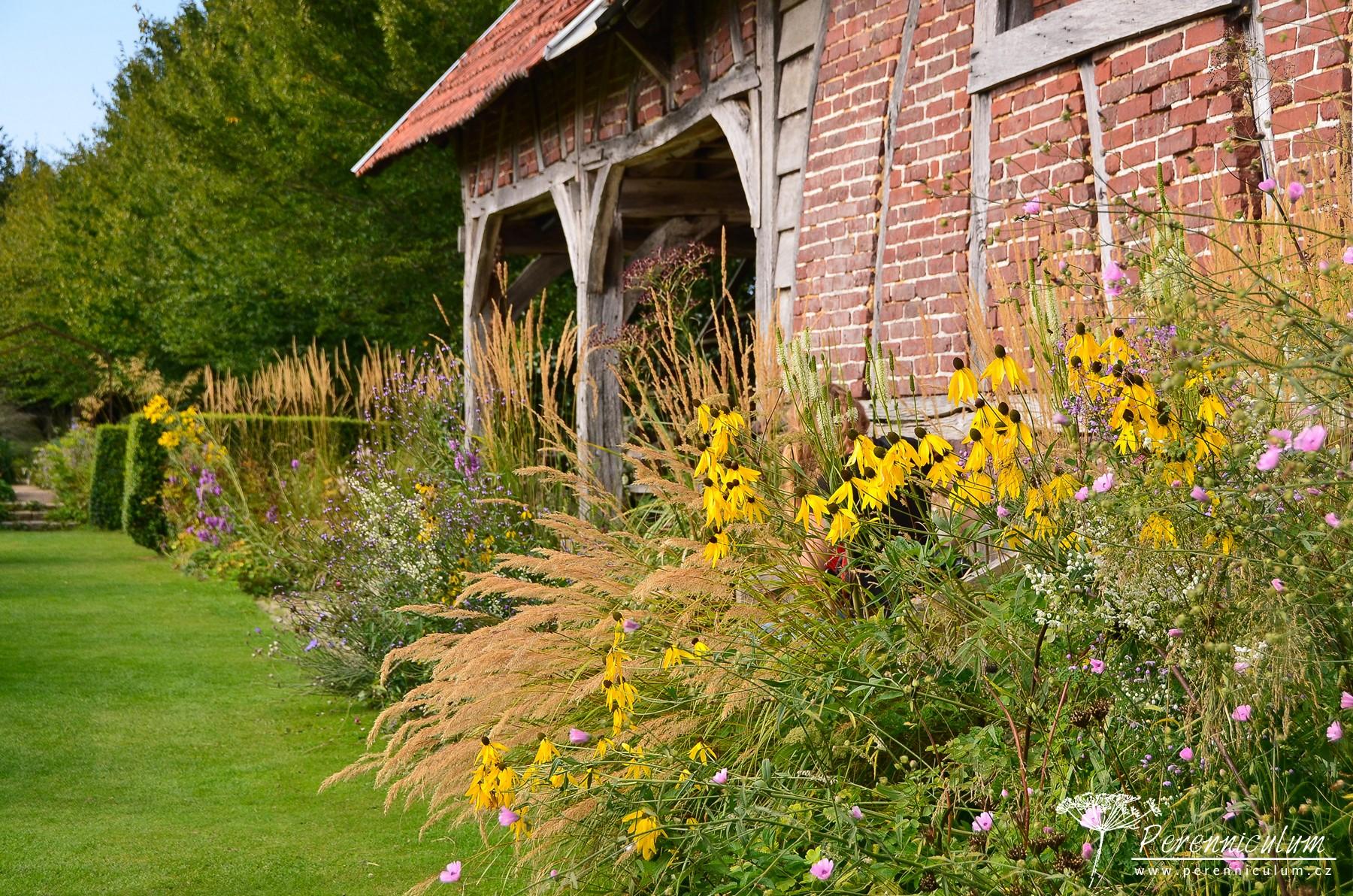 Stará cihlová stodola slouží jako letní odpočívadlo s výhledem na rozvolněné výsadby.