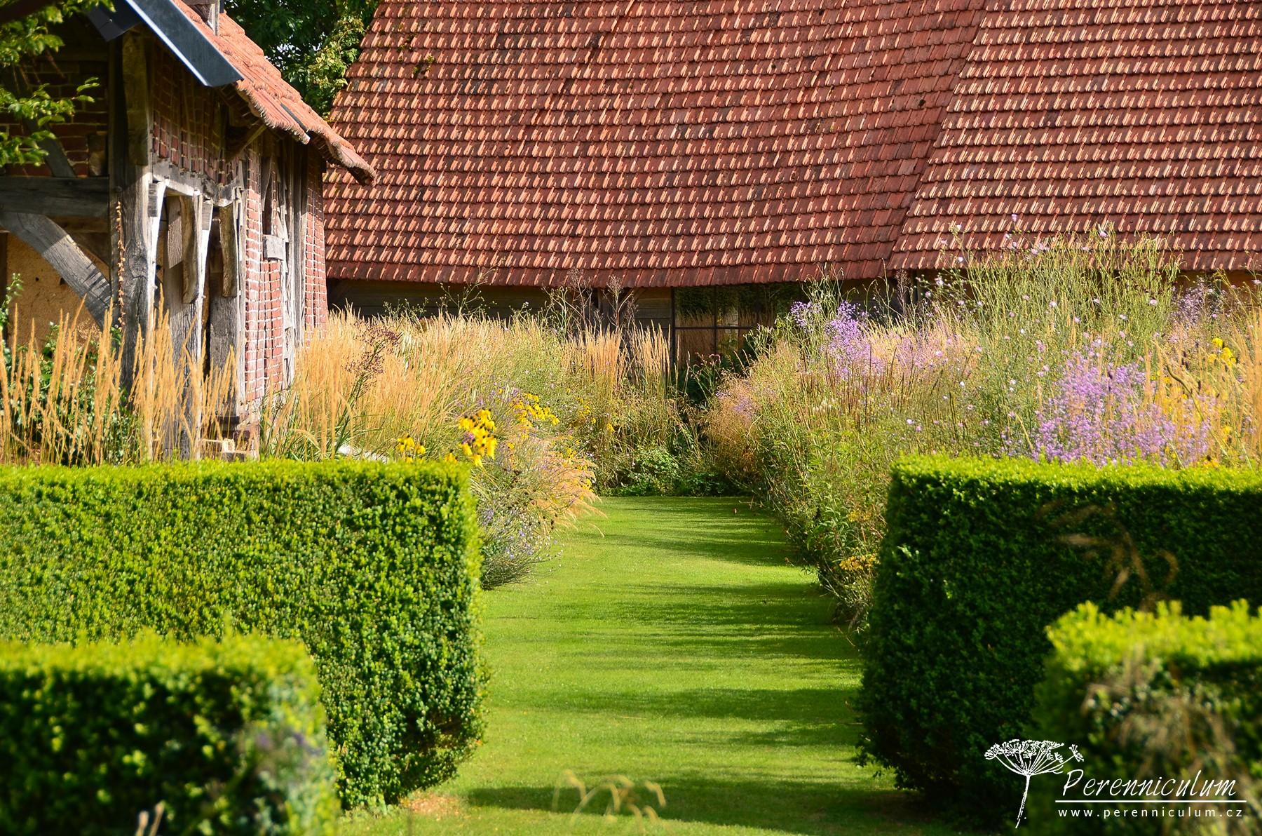 Pohled z Jarní zahrady do Zahrady peří, kde dominují vysoké prérijní druhy trvalek.