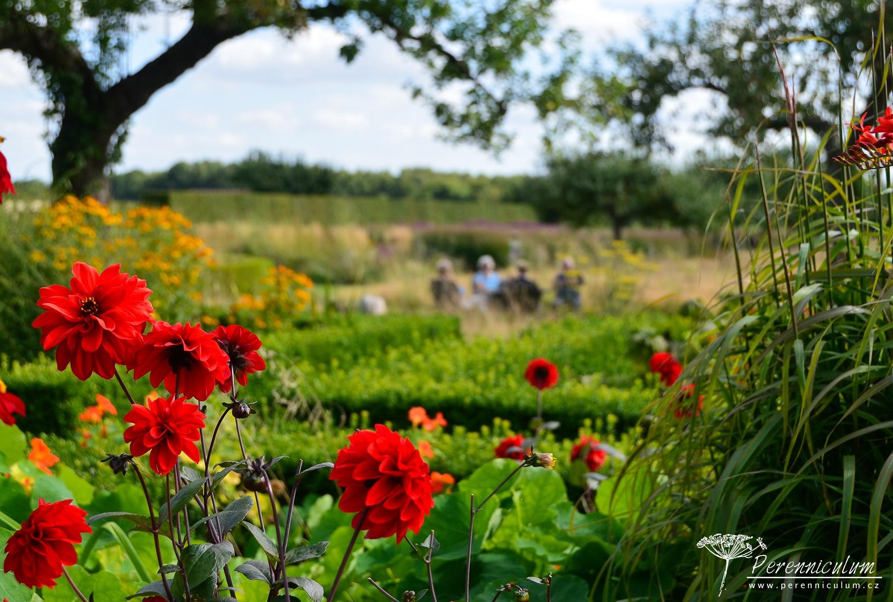 Pohled z Letní zahrady do jabloňového sadu.