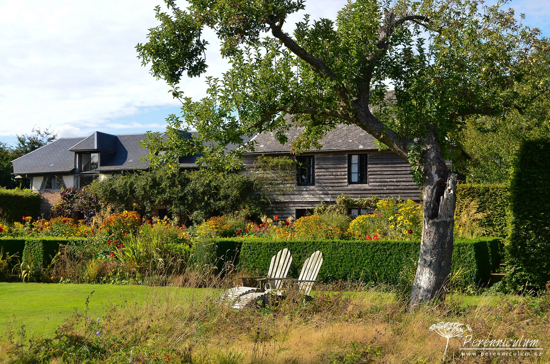 Pohled ze sadu na dům a Letní zahradu.